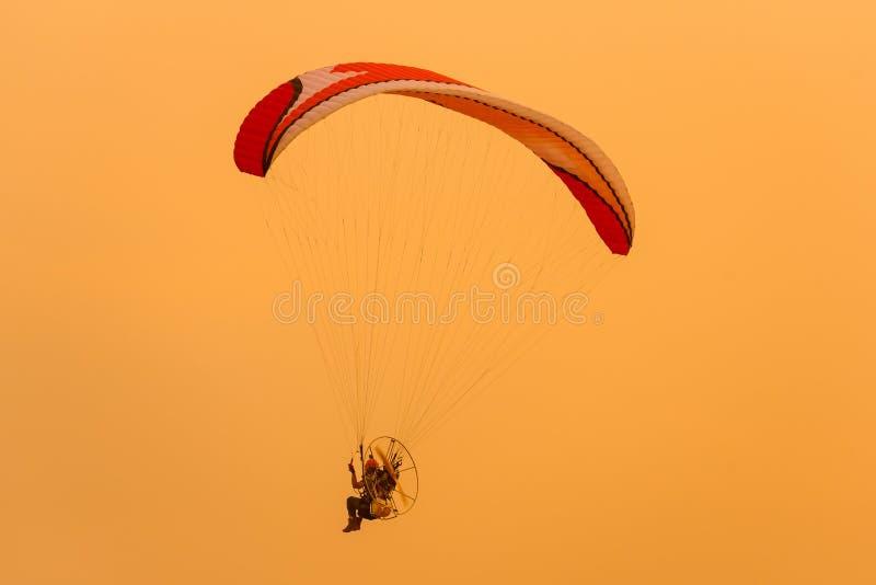 Изображение силуэта Paramotor летает небо захода солнца солнечного света стоковые фотографии rf