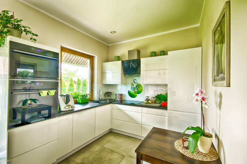 Изображение современной кухни широкоформатное HDR стоковая фотография rf