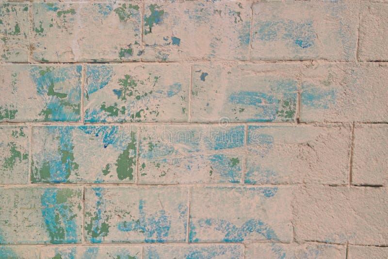 Изображение старой кирпичной стены с слезать зеленую краску стоковые изображения rf