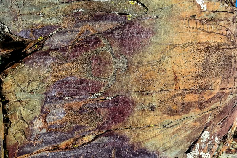 Изображение старой охоты на стене пещеры ocher историческое искусство археология стоковая фотография