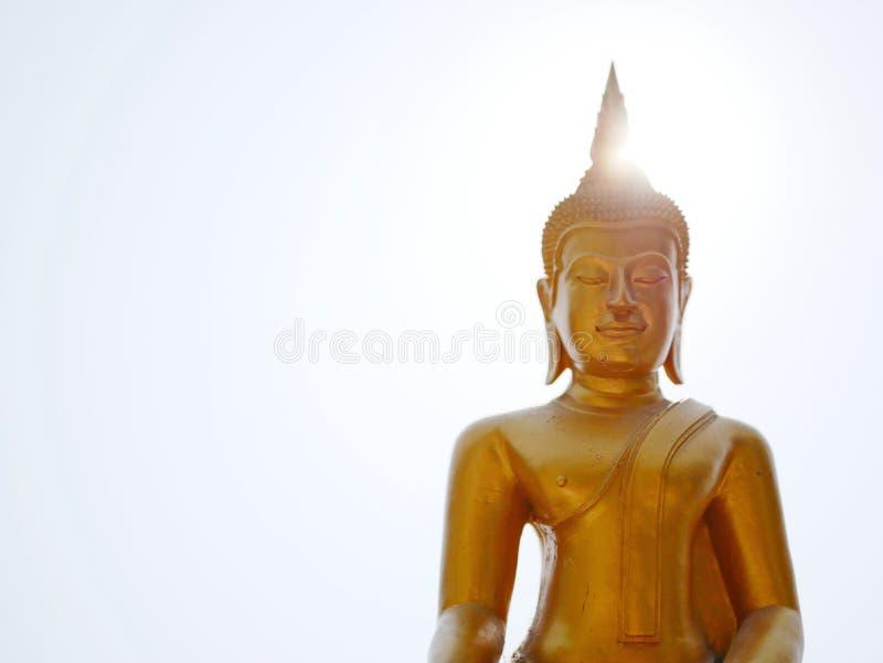 Изображение/статуя лорда Будды на ярком небе и солнце стоковое изображение