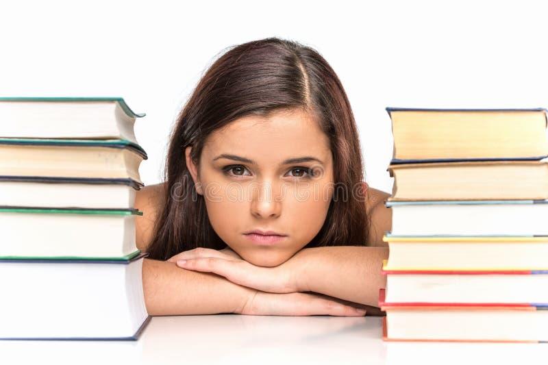 Изображение студента осадки с стогом книг стоковое изображение