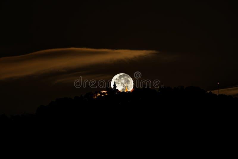 Изображение съемки силуэта большой луны на виске стоковые изображения rf