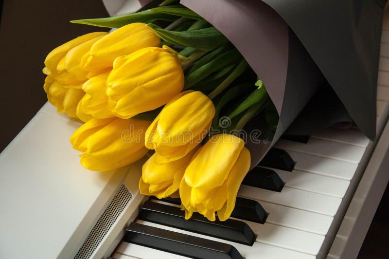 картинки тюльпаны и пианино лиловом цвете