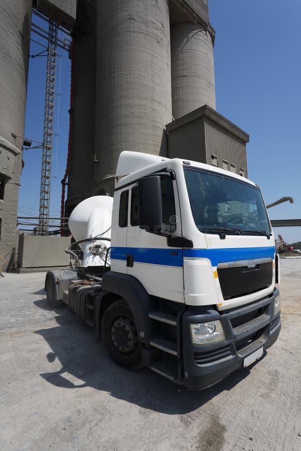 Изображение тележки без трейлера грузовика на предпосылке фабрики Классический большой белый автомобиль на дороге скопируйте косм стоковые изображения rf