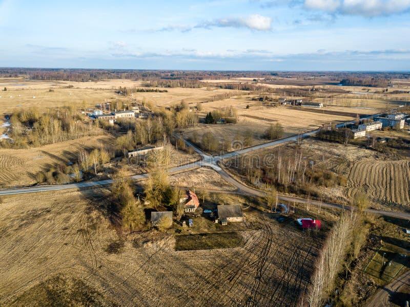 изображение трутня вид с воздуха сельского района с домами и netw дороги стоковая фотография