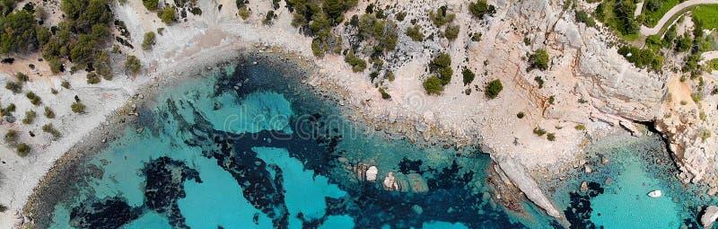 Изображение трутня панорамное причалило яхты на ярком голубом Blanca Andratx Cala залива стоковые фото