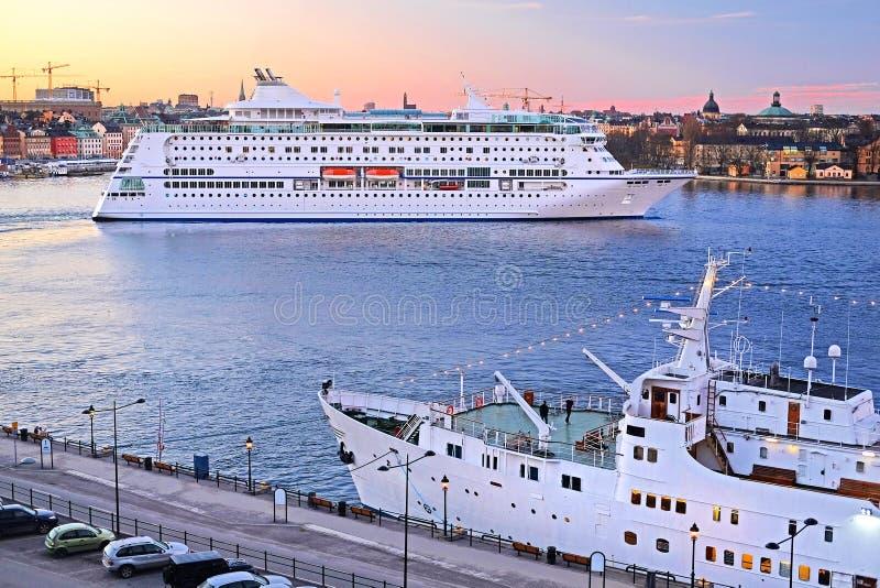 Изображение туристического судна около Стокгольма, Швеции стоковые фото