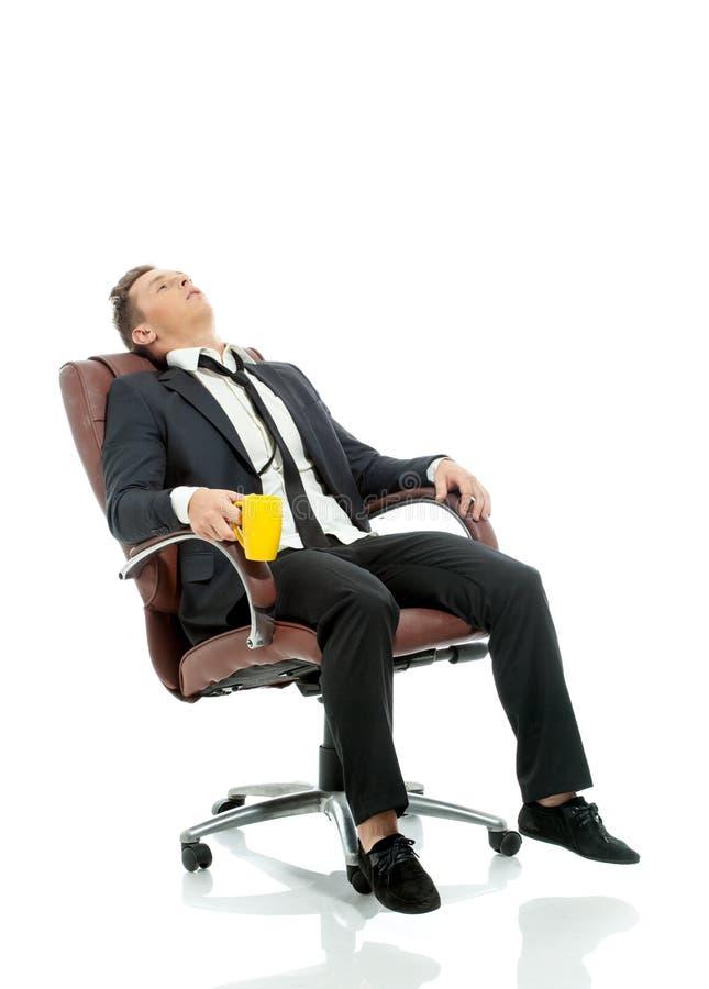 Изображение утомленного менеджера офиса отдыхая в стуле стоковое изображение rf