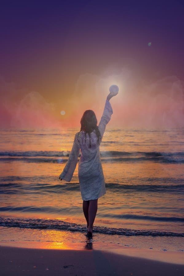 Изображение фантазии красивого берега женщины на море во время луны повышения рассвета стоковые фото
