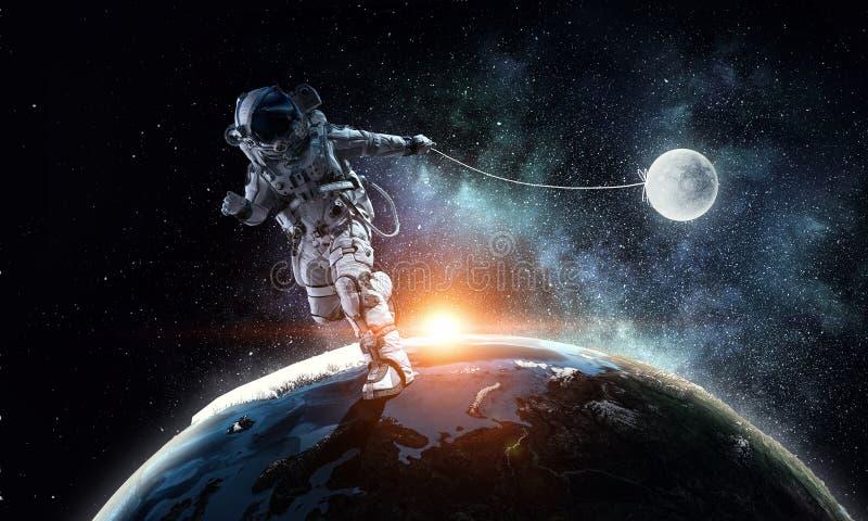 Изображение фантазии с планетой задвижки космонавта Мультимедиа стоковая фотография