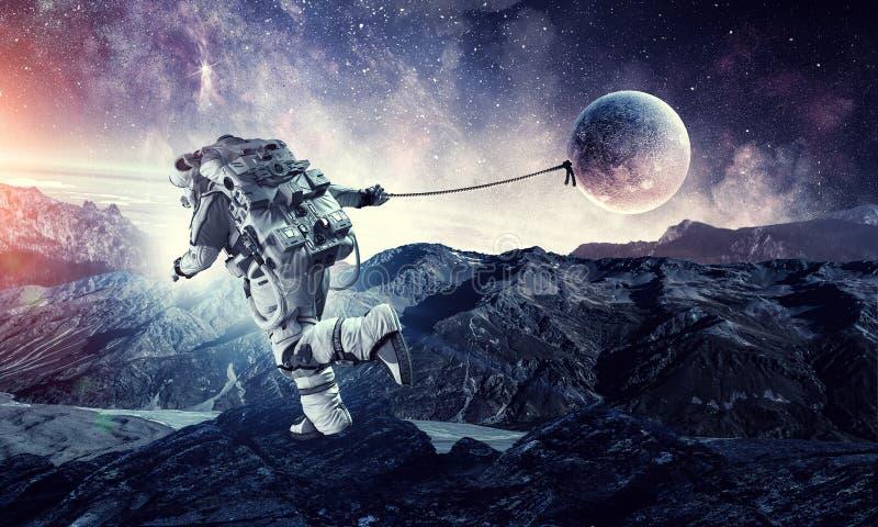 Изображение фантазии с планетой задвижки космонавта Мультимедиа стоковые фото
