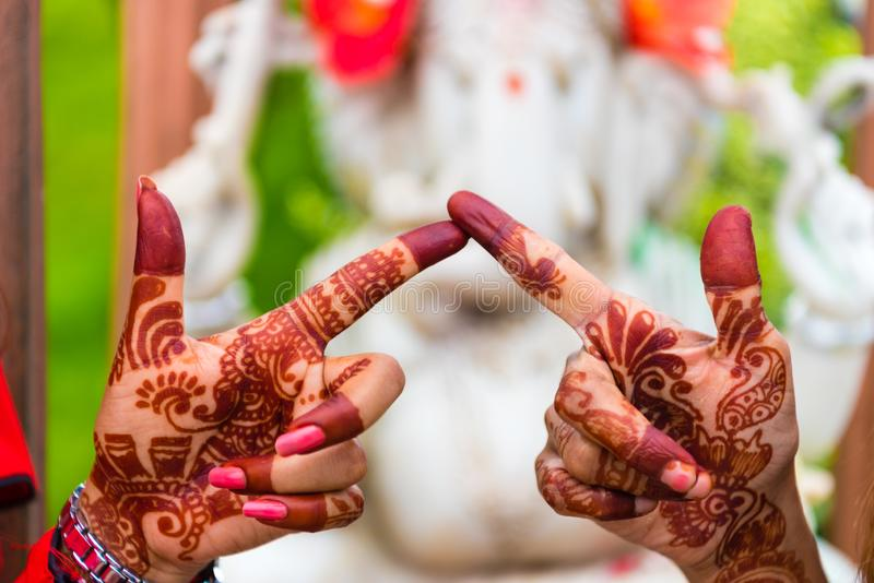 Изображение хны покрасило руки женщин в Sanga, Непале стоковые изображения rf