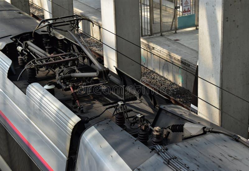 Изображение цепной линии поезда соединенной с электрическими кабелями Транспорт с предпосылкой электрической энергии стоковое изображение rf