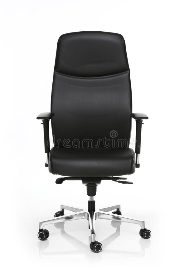 Изображение черного кожаного стула офиса изолированного на белизне стоковое изображение rf