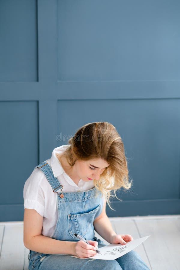 Изображение чертежа девушки отдыха хобби картины искусства стоковое фото