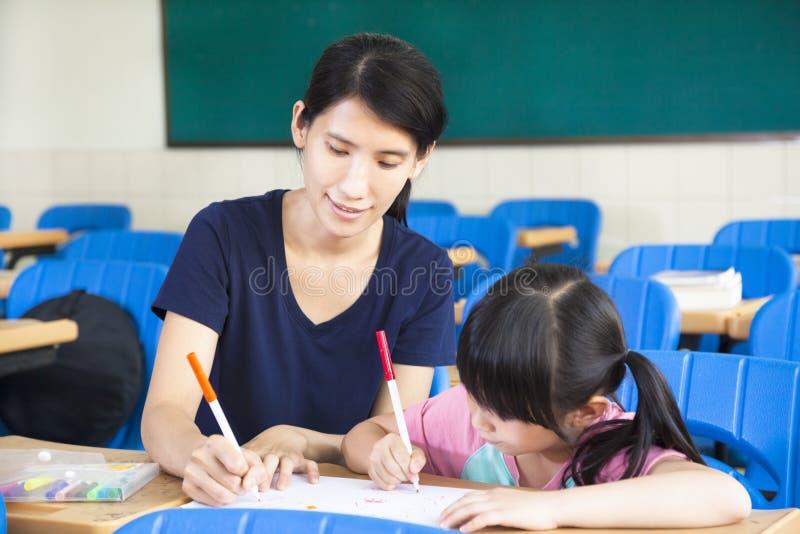 Изображение чертежа маленькой девочки матери уча стоковые фотографии rf