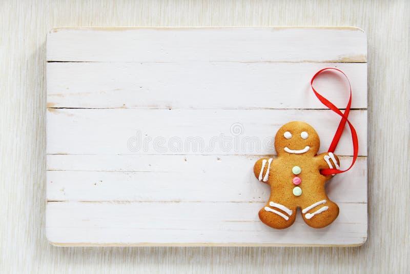 Изображение человека пряника на белой винтажной разделочной доске стоковые фото