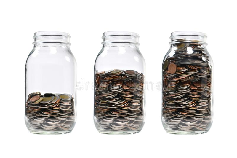 Изображение шага кучи монеток в стеклянном опарнике для дела стоковые изображения rf