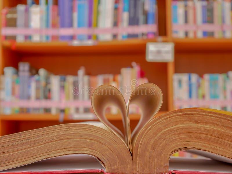 Изображение этой книги согнуто в форму сердца стоковые изображения rf
