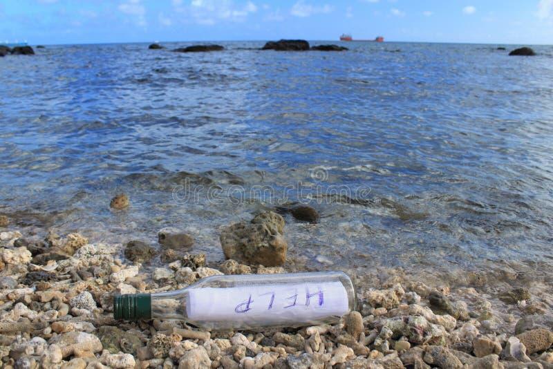 Бутылка с сообщением ПОМОЩИ стоковая фотография