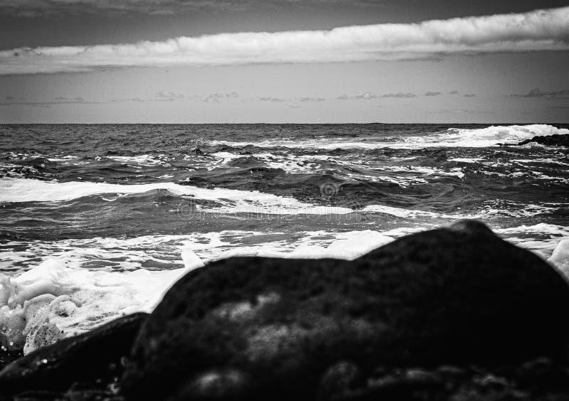 Изображение Creatives monochrome над грубое атлантическим стоковые фото