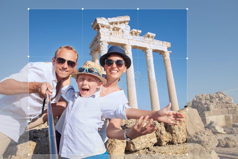 Изображение cropping положительной молодой семьи для доли в социальном ne стоковые изображения rf