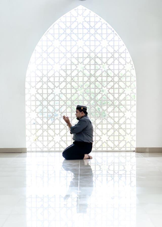 Изображение highkey мусульманина молит стоковые изображения rf