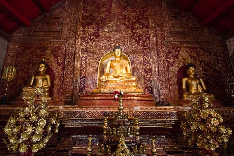 3 изображения Будды сидя внутри Wat Phra Singh, Таиланда стоковое фото