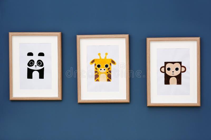 Изображения животных на стене в комнате стоковое изображение rf