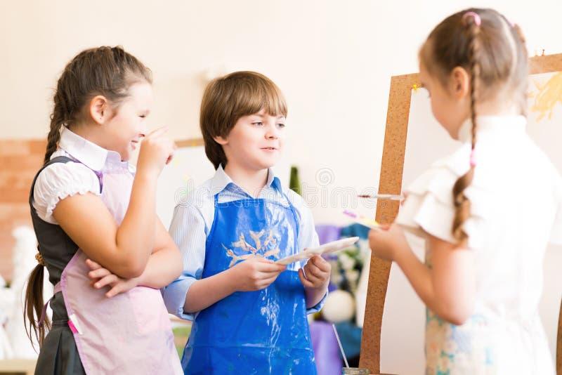 Изображения притяжки детей мольбертов стоковые фотографии rf