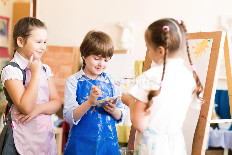 Изображения притяжки детей мольбертов стоковое изображение rf
