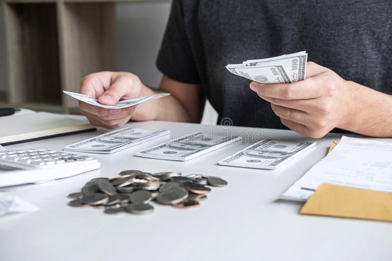 Изображения штабелировать кучу и супруга монетки используя калькулятор к высчитывать счеты получения расходования различной цены  стоковое изображение rf