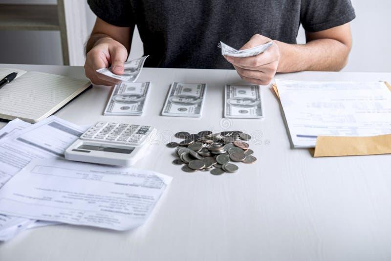 Изображения штабелировать кучу и супруга монетки используя калькулятор к высчитывать счеты получения расходования различной цены  стоковая фотография rf