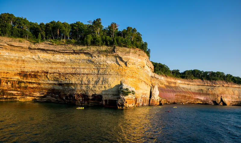 Изображенный соотечественник утесов Lakeshore с Kayakers, Мичиганом стоковое фото rf