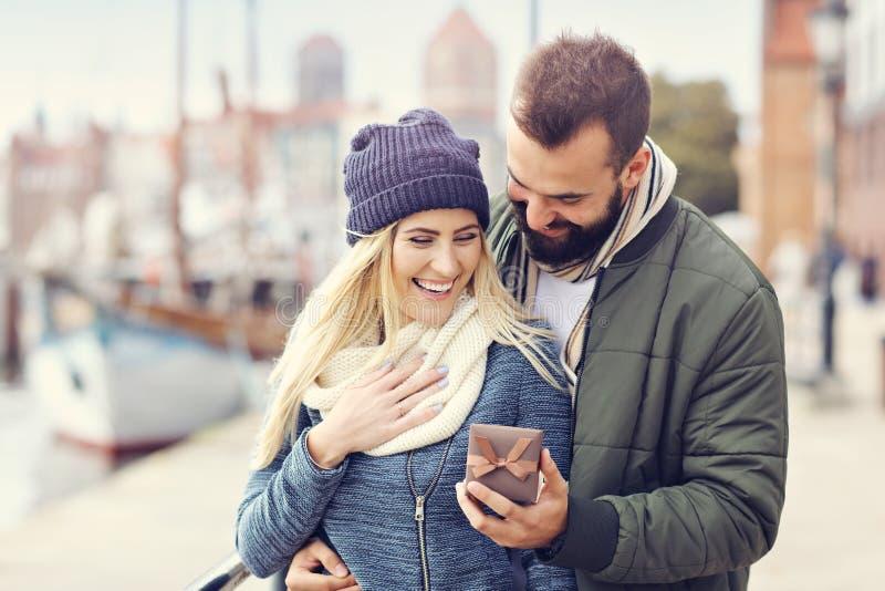 Изобразите показывать счастливое молодое датировка пар в городе стоковые фото