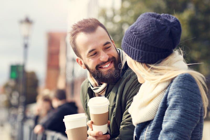 Изобразите показывать счастливое молодое датировка пар в городе стоковые фотографии rf