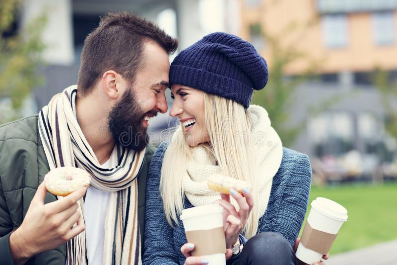 Изобразите показывать счастливое молодое датировка пар в городе стоковое фото
