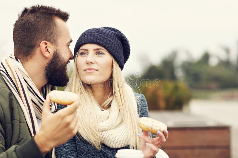 Изобразите показывать счастливое молодое датировка пар в городе стоковая фотография rf