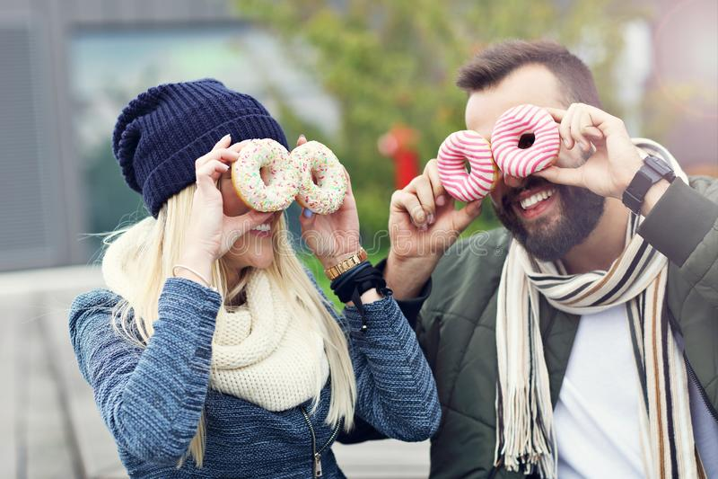 Изобразите показывать счастливое молодое датировка пар в городе стоковые изображения