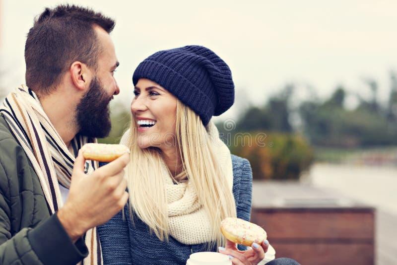 Изобразите показывать счастливое молодое датировка пар в городе стоковое фото rf