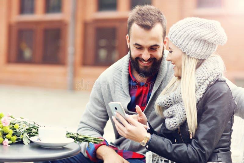 Изобразите показывать счастливое молодое датировка пар в городе стоковое изображение