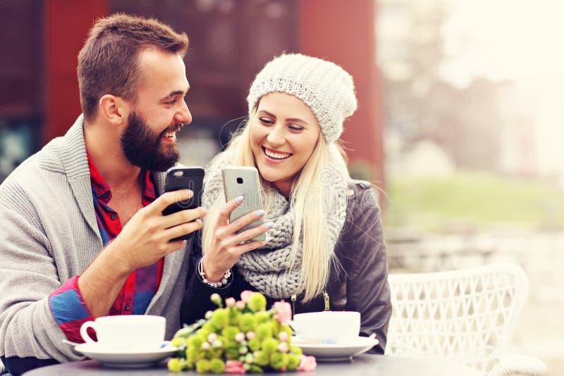 Изобразите показывать счастливое молодое датировка пар в городе стоковое изображение rf