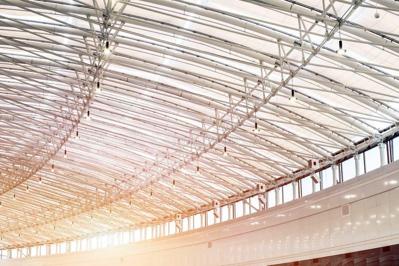 Изогнутая большая крыша торгового центра shoppimg внутри помещения Contruction современного металла и стеклянного потолка стоковые фотографии rf