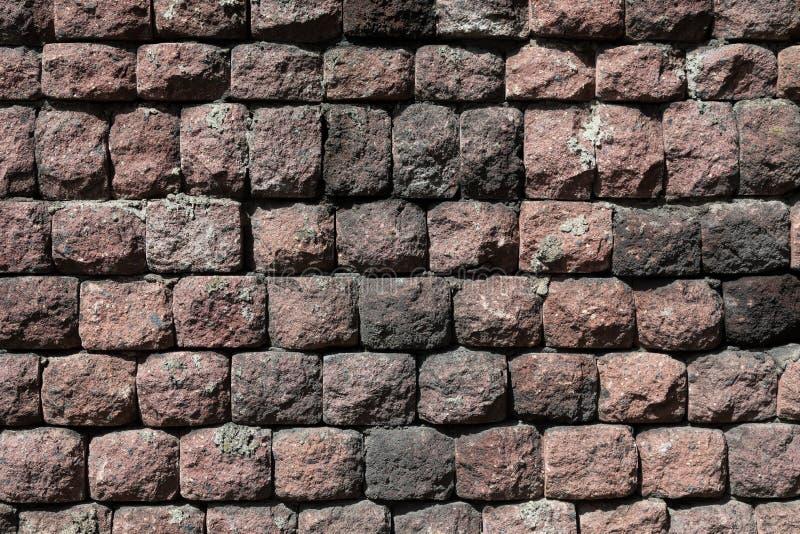 Изогнутая декоративно-темно-маронская плитка стена текстура стоковое фото rf