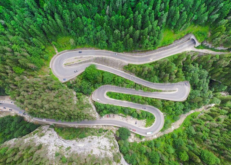 Изогнутая дорога с автомобилями и красивым ландшафтом леса Ущелья Bicaz, Румыния стоковые фото