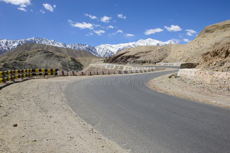 Изогнутая дорога в высокой горе стоковые изображения rf