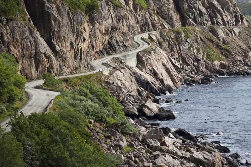 Изогнутая дорога вдоль норвежских фьордов - Vesteralen стоковые фото