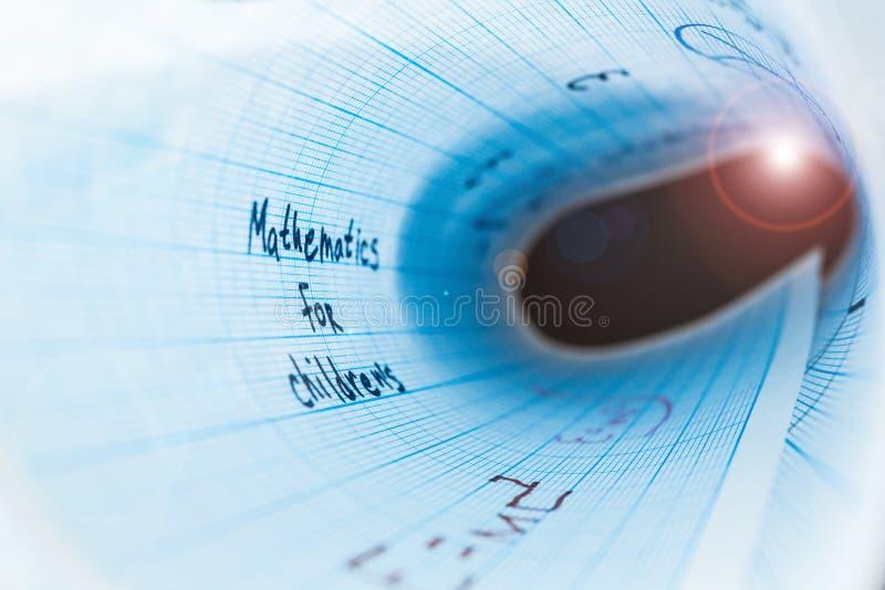 Математика для детей Изогнутый лист бумаги в цилиндре иллюстрация вектора