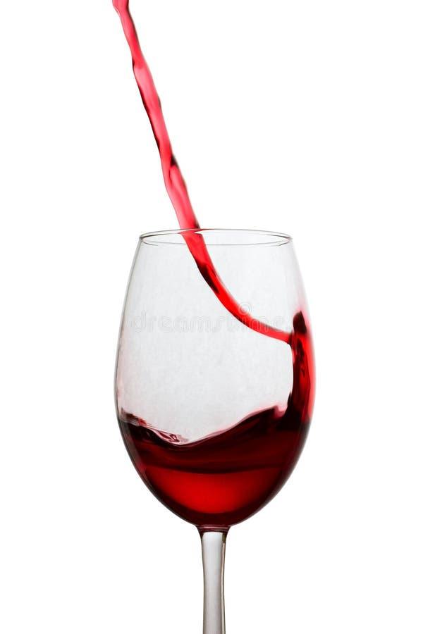 Изогнутый поток красного вина летая из стекла стоковое изображение rf